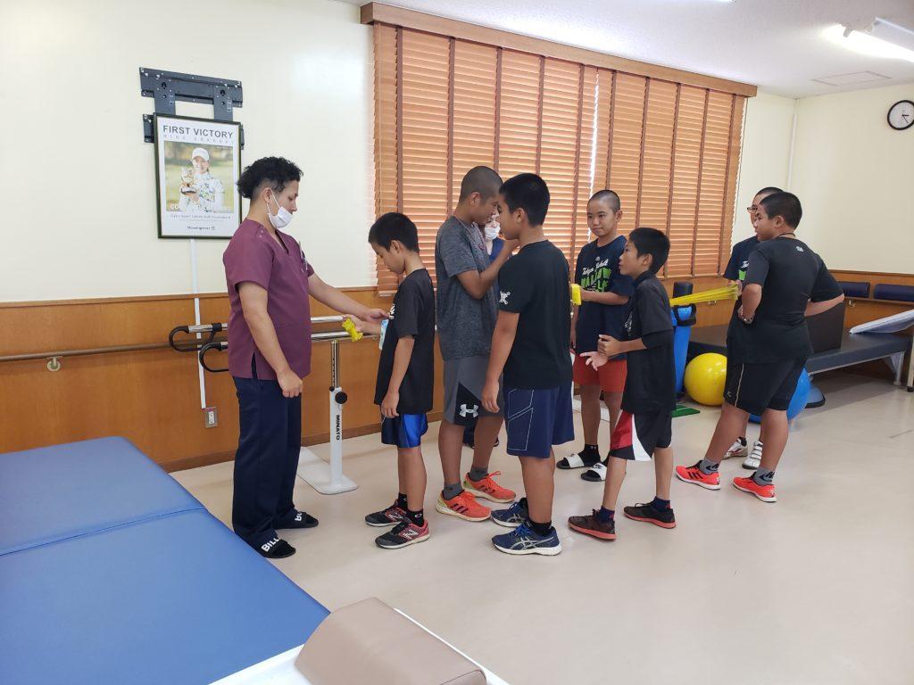 【港川中学校野球部メディカルチェック】沖縄県内の成長期野球選手にストレッチ、トレーニング指導